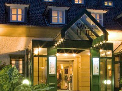 Waldhotel-Heiligenhaus-Eingang-Nacht