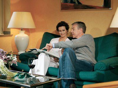 Waldhotel-Heiligenhaus-Paar-Couch