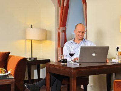Waldhotel-Heiligenhaus-Zimmer-Mann-Laptop